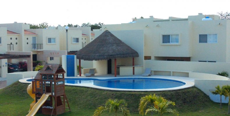Casa en Renta AMUEBLADA Av Colegios $ 30,000, en Privada con Alberca